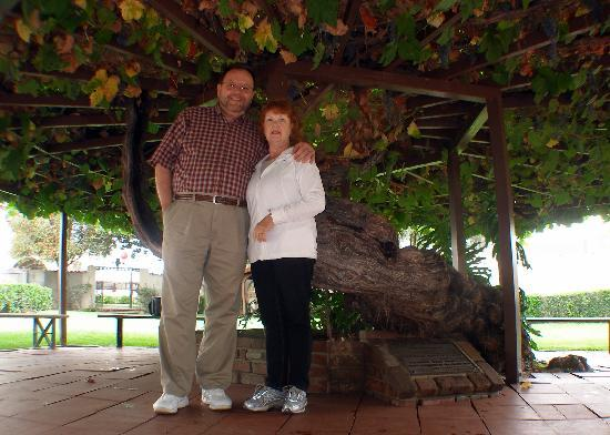 San Gabriel, Kalifornia: My wife and I under a grape vine planted in 1861