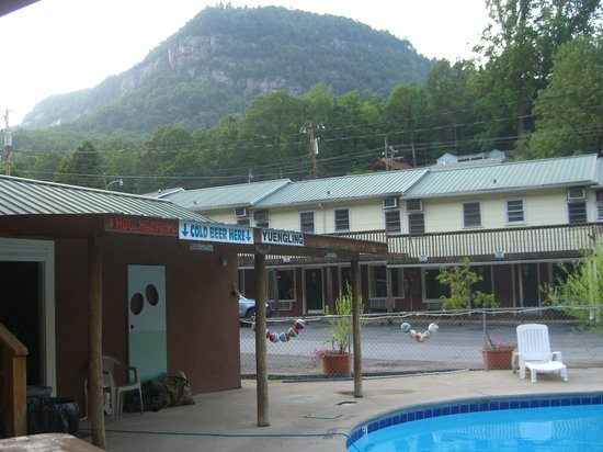 Lake Lure, Kuzey Carolina: pool / tiki bar / back view of Geneva Motel