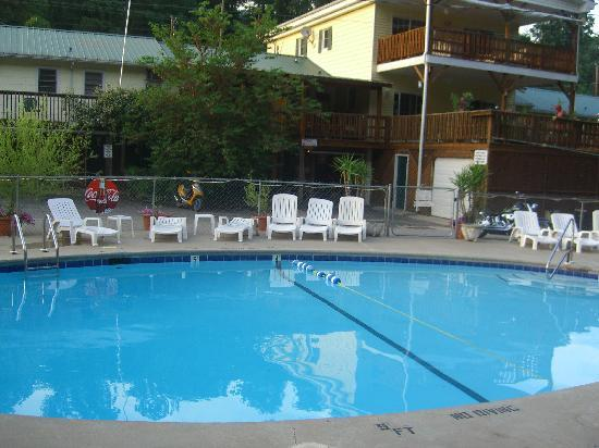 Geneva Riverside Lodging: pool / back view of Geneva