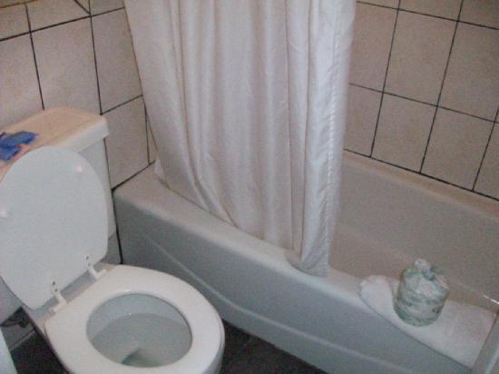 Del Amo Inn: Pics of bathroom