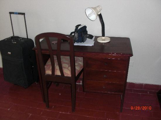 Hotel Senorial: Desk are of second hotel room