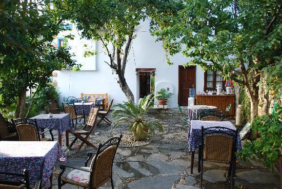 Kirkinca Hotel: Breakfast is served here
