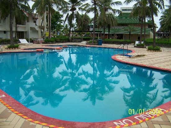 Muttukadu, India: Neat and safe swimming pool