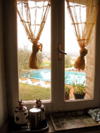 Perugia Farmhouse B&B: Finestra della nostra camera 4 letti
