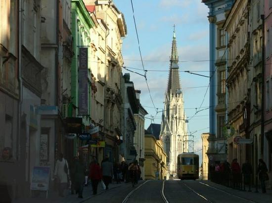 Olomouc, República Tcheca: View of St Wenceslas' tallest spire along busy Denisova ul. (street)