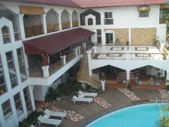 فانسانا فانغ فيينغ: View down onto the pool
