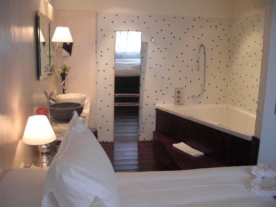 Librije's Hotel : Salle de bain au pied du lit...