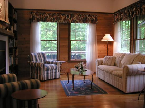 Cottages at Chesley Creek Farm: Living room - LaurelWood