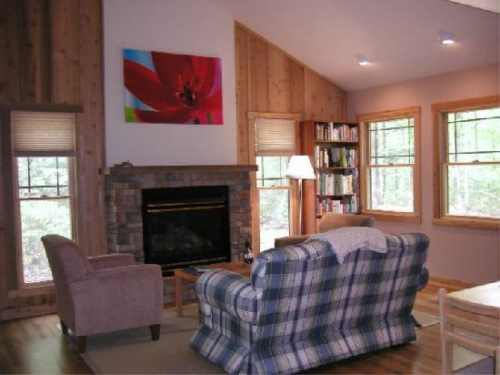 Cottages at Chesley Creek Farm : Living room - Ridge cottage