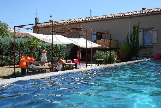 La Maison Pujol: La piscine et la terrasse du jardin