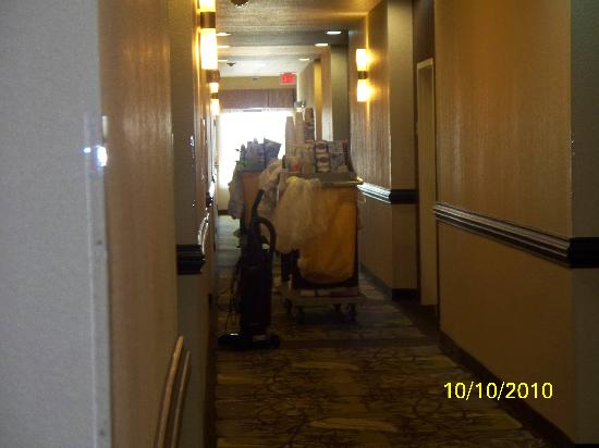 La Quinta Inn & Suites Ft. Worth - Forest Hill: Third floor Sunday morning showing halls blocked with housekeeping carts