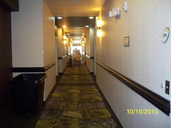 La Quinta Inn & Suites Ft. Worth - Forest Hill: First floor with housekeeping blocking housekeeping carts