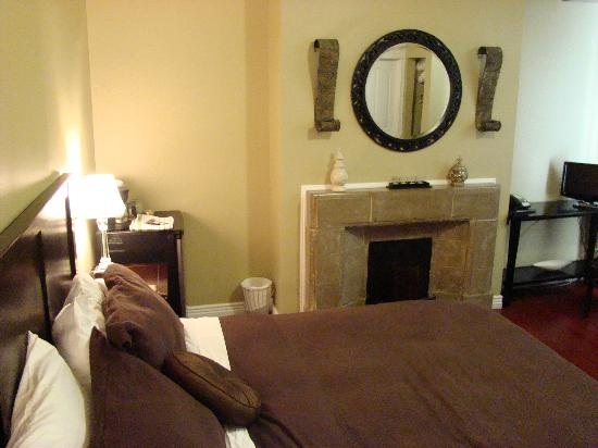 Duckworth Hotel: Bed and non-working fireplace
