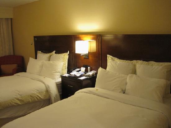 Rochester Airport Marriott: Hotelzimmer mit zwei großen Betten