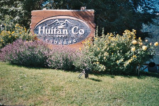 Cabanas Huitan Co : Hermoso jardin de  entrada,con rosales y lavandas-