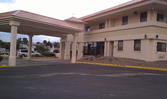 Travelodge Globe AZ : Freshly painted exterior