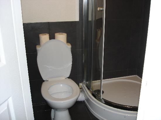 Clarin Guest House: small ensuite - but at least you have an ensuite
