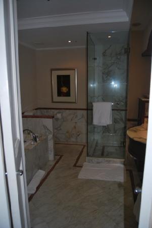Park Hyatt Sydney : large sized marble bathroom