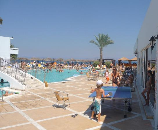 Avra Beach Resort Hotel - Bungalows: piscine et terrasse