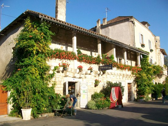 Hotel Restaurant Charbonnel: In the village