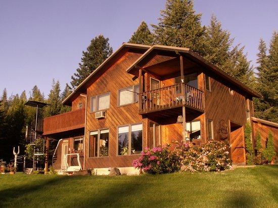 Cedar Springs Bed & Breakfast: house in the summer