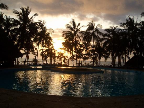 Sandies Tropical Village: piscina al tramonto