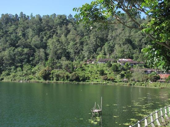 Ashram Guesthouse: Le lac et la colline en fond où se situe l'hôtel