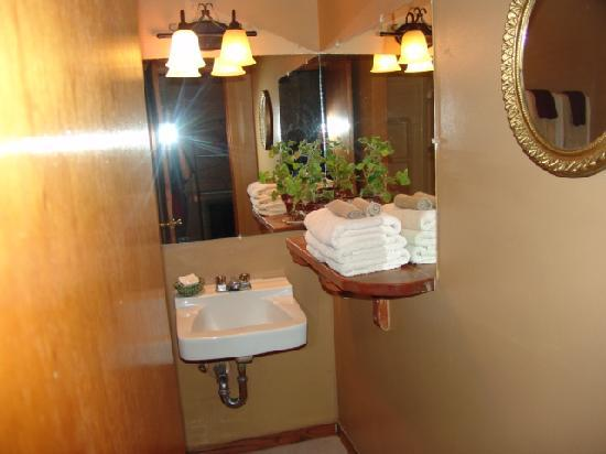 Taos Trail Inn: Sparkling bathrooms