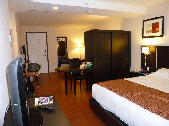 Holiday Inn Express Hotel & Suites Montreal Airport: Chambre spacieuse