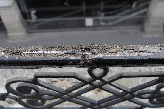 Hotel Grenelle : another view of dangerous railing