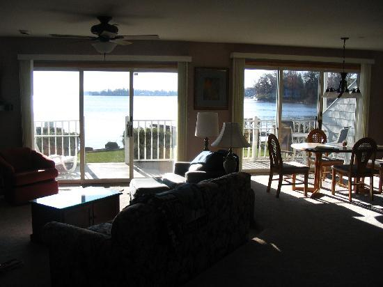 Culver Cove Resort: Living room with fireplace and lake view