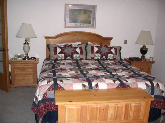 Culver Cove Resort: the king size bed