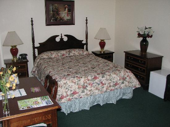 Quimby House Inn: One of the two queen beds in room #105.