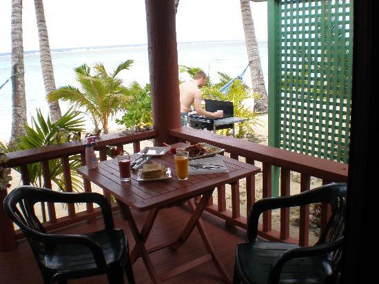 Bella Beach Bungalows: Breakfast from the deck