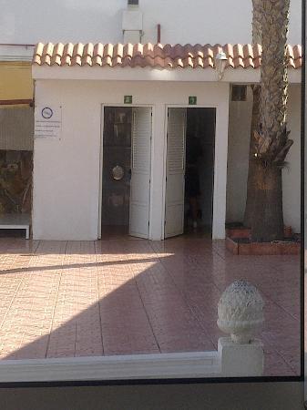 Corona Roja - Playa del Ingles: Outside toilets