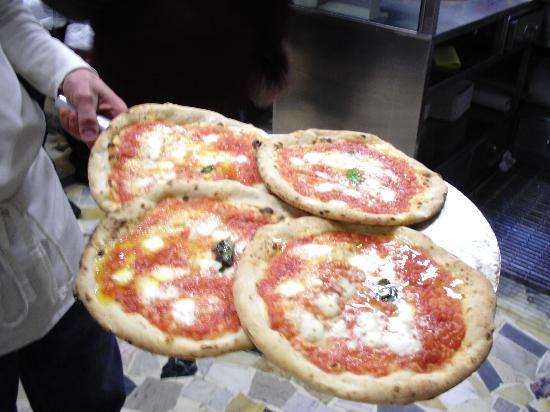 la vera pizza di napoli prezzi ottimi picture of l 39 antica pizzeria da michele naples. Black Bedroom Furniture Sets. Home Design Ideas