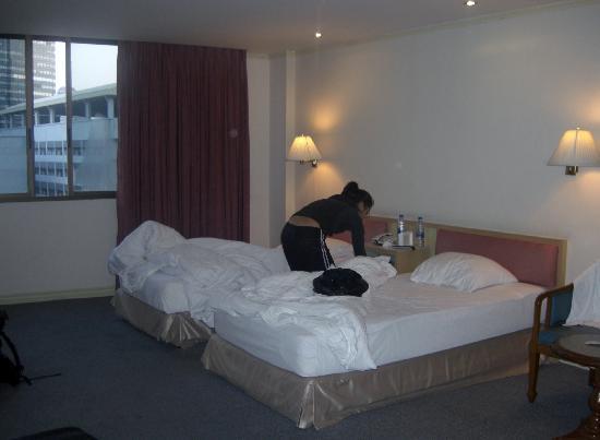 Bossotel Bangkok : room - beds