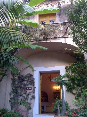 Hotel Palazzo Murat: looking up at room fron garden