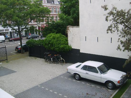 Stadsvilla Hotel Mozaic Den Haag: backyard with parking and rent bikes