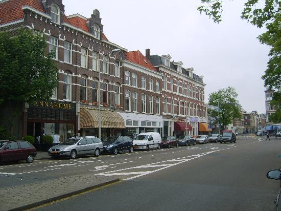 Stadsvilla Hotel Mozaic Den Haag: neighbourhood street beside hotel with grocery and antique stores