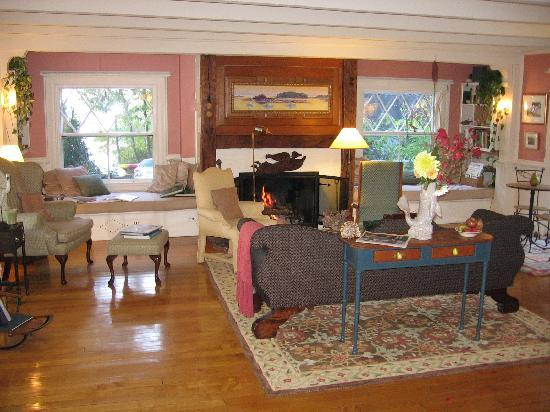 Bufflehead Cove Inn: Bufflehead Cove living room