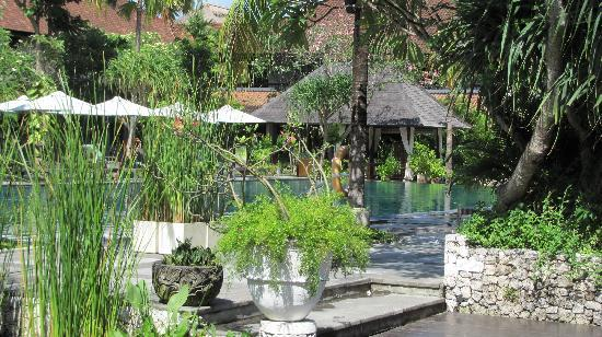 Hotel Santika Premiere Beach Resort Bali: Pool view from breakfast