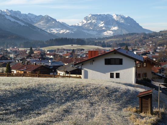 Ferienwohnungen Neumaier: Blick auf Reit im Winkl im Morgentau