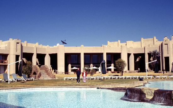 Windhoek Country Club Resort: Vue ext et piscine