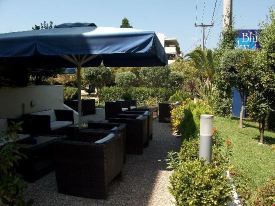 Glyfada, Griekenland: Agradable terraza para desayunar o tomar algo, al aire libre