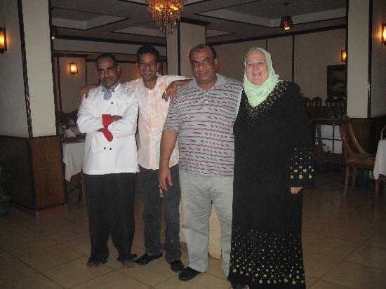 King Tut: Inhaber des Restaurantes mit Gäste