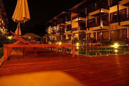 Maryoo Hotel: Evening by the pool