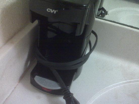 Days Inn & Suites SE Columbia Ft Jackson: Moldy Coffee Maker in bathroom with no coffee pot