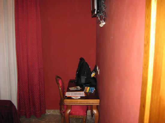 Hotel Foro Romano Imperatori: Cig. burn holes in bedspreads