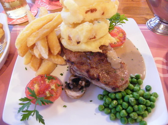 Steens Bar and Grill : Steak with Onion rings